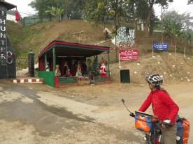 Krippe mit singendem Weihnachtsmann