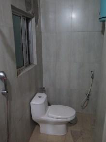 kleiner Flurschaden im Badezimmer: 2 große Fliesen von der Wand gefallen