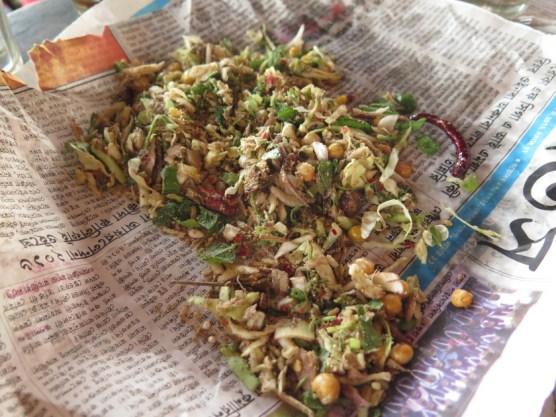 Manipurisalat: Kraut, fritierte Kichererbsen mit Salz und Mehl aus fermentierten Fischen verknetet. - Das war doch etwas zu strong.