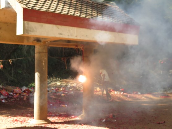 Feuerwerksknallerei am Tempel