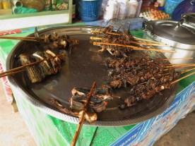 gegrillter Fisch und Küken oder ähnliches Kleingeflügel