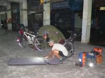 Zelt in der Markthalle abends ...