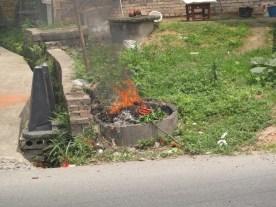 Müllverbrennung an Ort und Stelle.