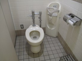 Zum Ablegen des Babys beim Pinkeln- in vielen Toiletten auch im Herrenklo zu finden