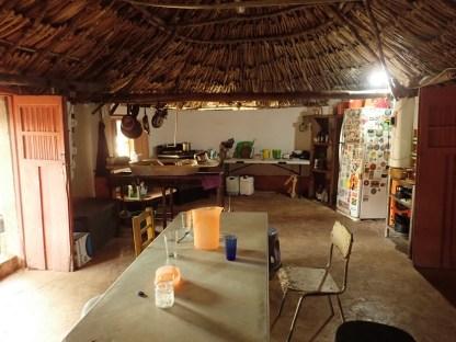 Ein Mayahaus besteht aus nur einem Raum. Hier wird er als Küche genutzt.