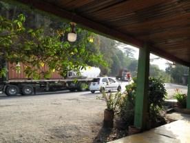 auf der Bank in der Außenkehre Trucks beobachten