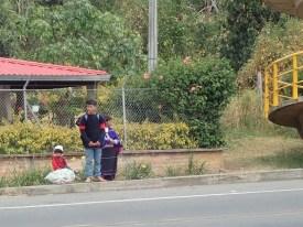 Indigena-Famile an der Bushaltestelle