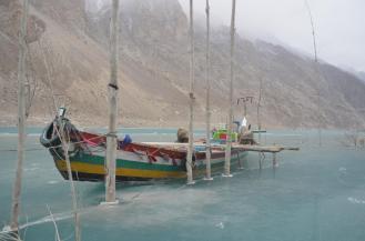 Attaabad Lake: Mit diesen Booten sind früher Autos und LKW über den See gebracht worden.