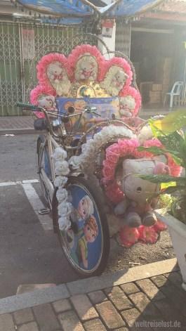 """Die Fahrrad-Rikschas sind in Melaka ganz besonders """"hübsch"""" dekoriert"""