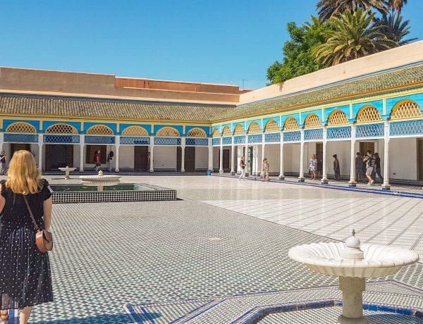 Mädchen im Bahia Palast in Marrakesch