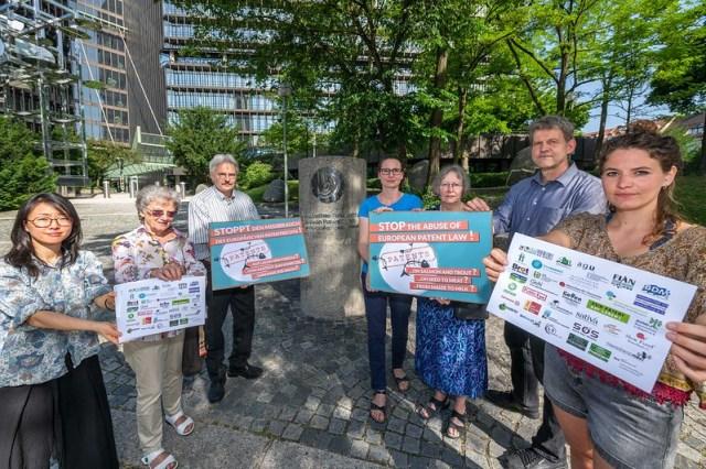 Wieder im Sommer in München: Aktivist/innen einer breiten Koalition fordern ein Ende der Patente auf Pflanzen und Tiere. Dieses Mal geht es um Lachse und Forellen.