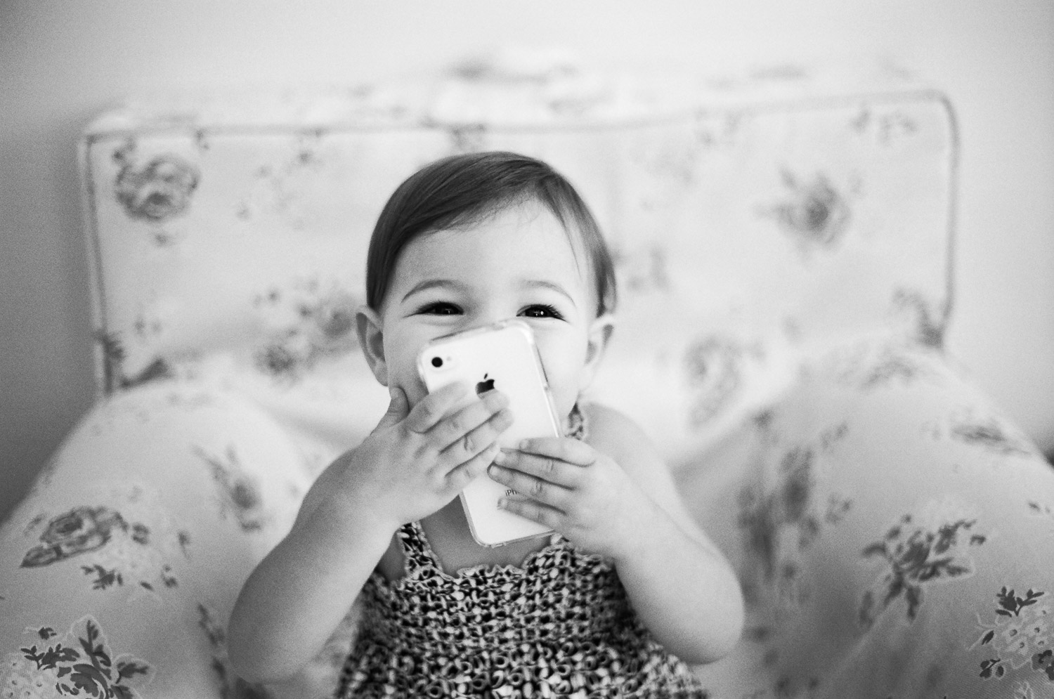 black and white photos of sisters at home by wendy g photography