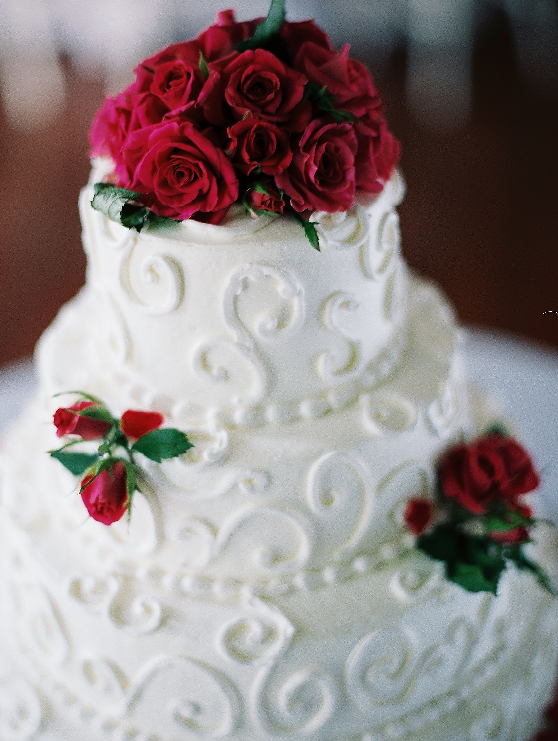 white wedding cake with red roses at highlands country club taken by nyc wedding photographer wendy g