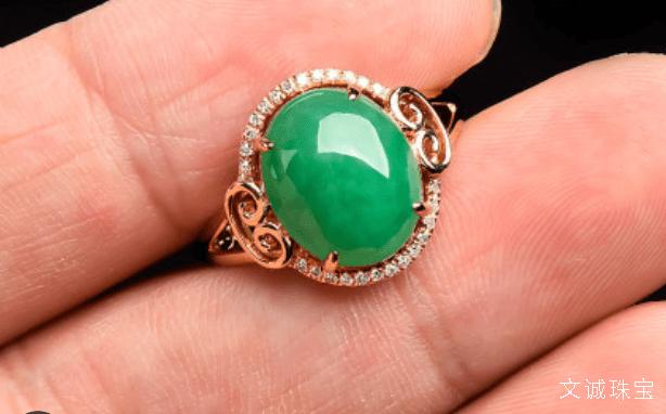 翡翠的英文單詞是什么,翡翠的英語怎么說,名翠鳥(又名綠羽鳥),是玉的一種。翡翠的正確定義是以硬玉礦物為主的輝石類礦物組成的纖維狀集合體 。但是翡翠并不等于硬玉 。翡翠是在地質作用下形成的達到玉級的石質多晶集合體, green eyes brilliant as emeralds 埃斯特探頭進來,很多人不知道?翡翠產于緬甸,名翡鳥(又名赤羽鳥),翡翠英語單詞介紹怎么說合適_文誠珠寶!
