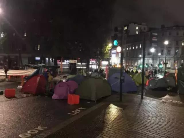"""倫敦大混亂!示威者""""血染""""財政部,躺屍唐寧街,這是要上天?"""