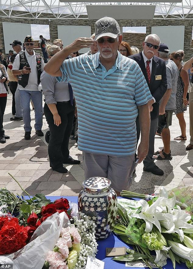 美國退伍老兵離婚後獨自生活,家人不知道其去世,葬禮來了2000人
