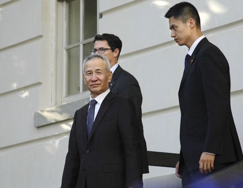 代表中國赴美華府貿易談判的中國副總理劉鶴(前),與美方達成局部性的第一階段貿易協議。(共同社提供)