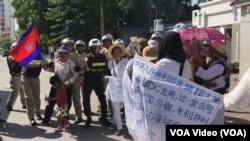 戈公省居民在位於首都金邊的中國大使館前,抗議中國公司優聯集團在當地進行土地開發。(2019年8月21日)
