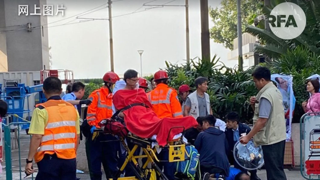 2019年11月6日,親北京立法會議員,同時亦是區議員候選人的何君堯,在街站宣傳時,遇襲受傷,需要送院治療。(視頻截圖)