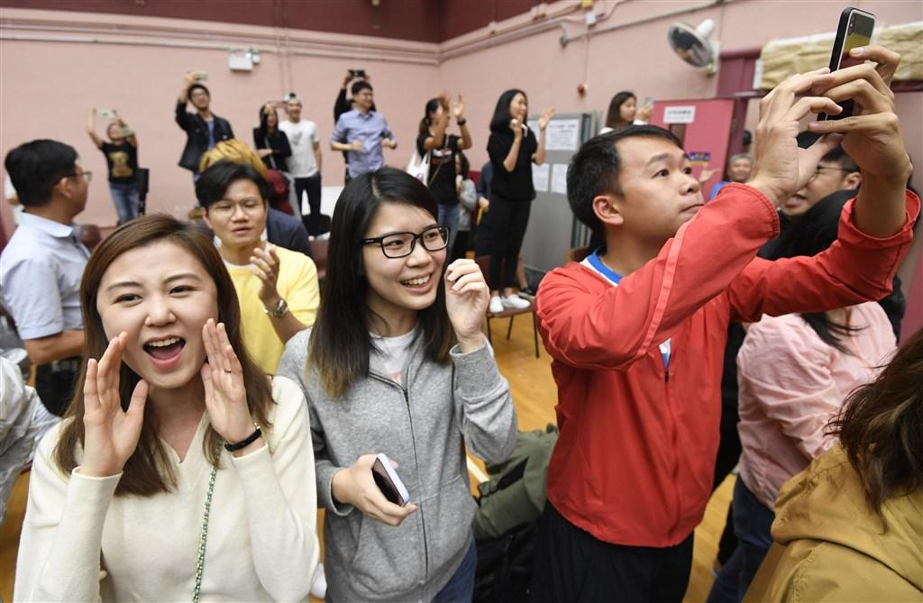 香港泛民主派在區議會選舉中大獲全勝,許多支持者鼓掌歡呼。(共同社提供)