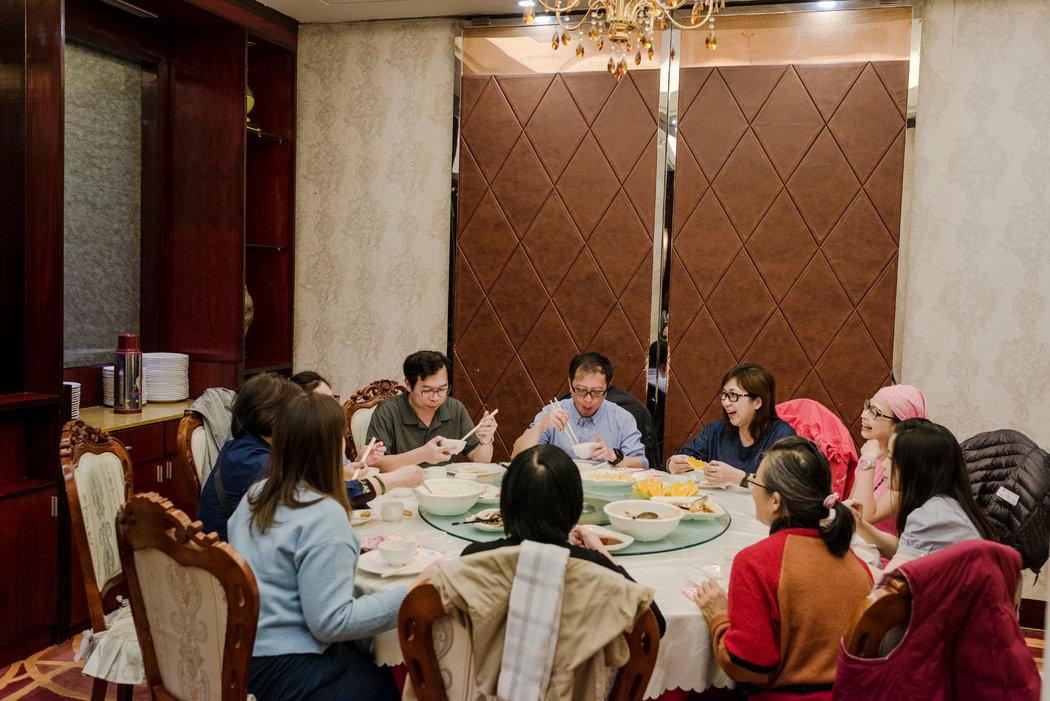 来自香港的游客在布拉格郊区的北京餐厅用餐,这是一家华人所有的餐馆。