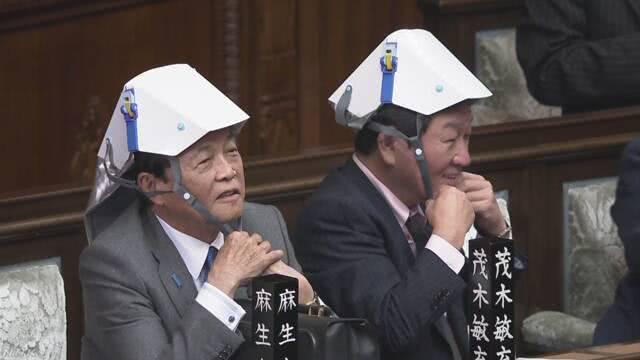 日本國會議員集體帶安全帽開會 現場笑聲不斷(圖)