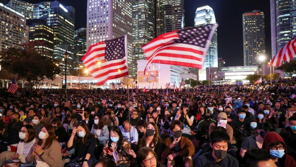 港10万市民感谢美国集会现场 警方:有9600人(视)