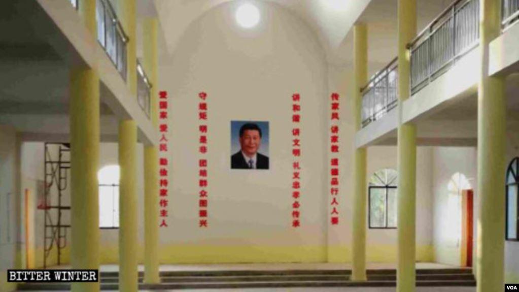 中国江西吉安市饿的一家天主教堂内高悬着习近平的照片
