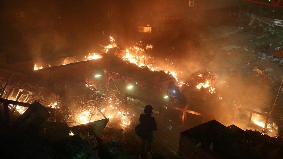 示威者与警方对峙持续至凌晨,双方爆发多次严重冲突,理大附近包括行人天桥在内多处起火