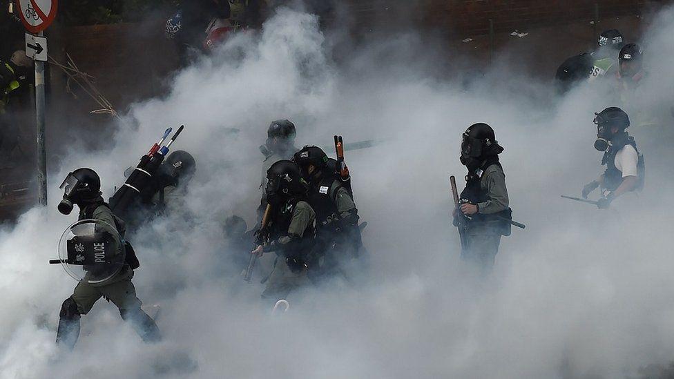 催泪弹中行进的防暴警察