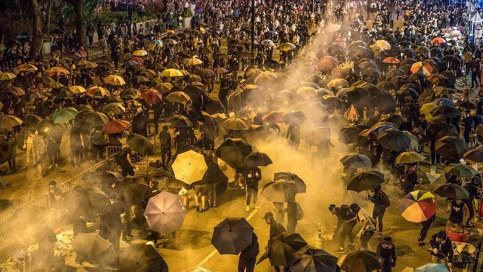 过千人响应网上呼吁声援被困示威者,尝试于尖沙嘴佐敦一带进入理工大学营救被困人士