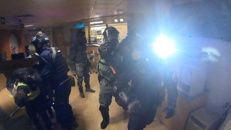 警方清晨攻入理大逮捕示威者