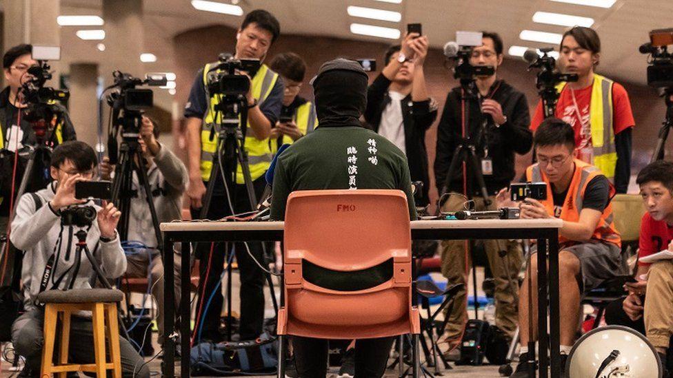 留守示威者在理工大学见记者