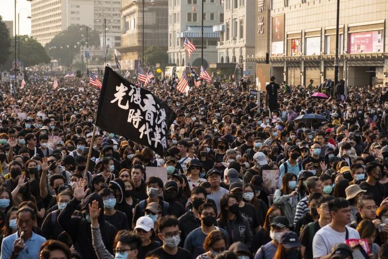 香港今日最後一場集會遊行「毋忘初心大遊行」遭警方以「突發情況」為由強制提前終止,並爆發警民衝突。(彭博)