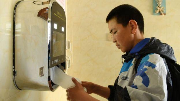 中國廁所革命中,人臉識別技術被用來取紙。
