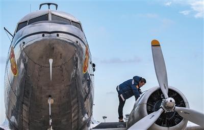 75岁传奇飞机抵大兴机场 新旧碰出灿烂火花(组图)