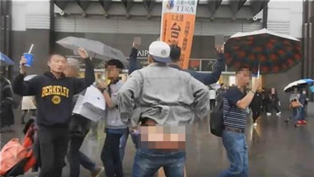 小粉紅在台北露屁股唱國歌 被盤問稱拿美國護照(圖/視頻)