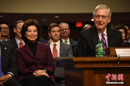 圖右為美國參議院多數黨領袖麥康奈爾。中新社記者 刁海洋 攝