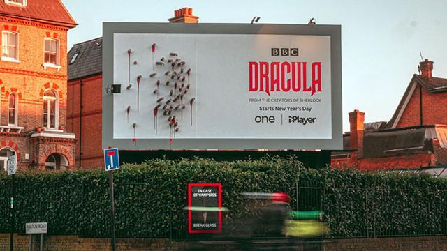 创意太牛了:莫名其妙户外广告牌 只有到晚上才看懂