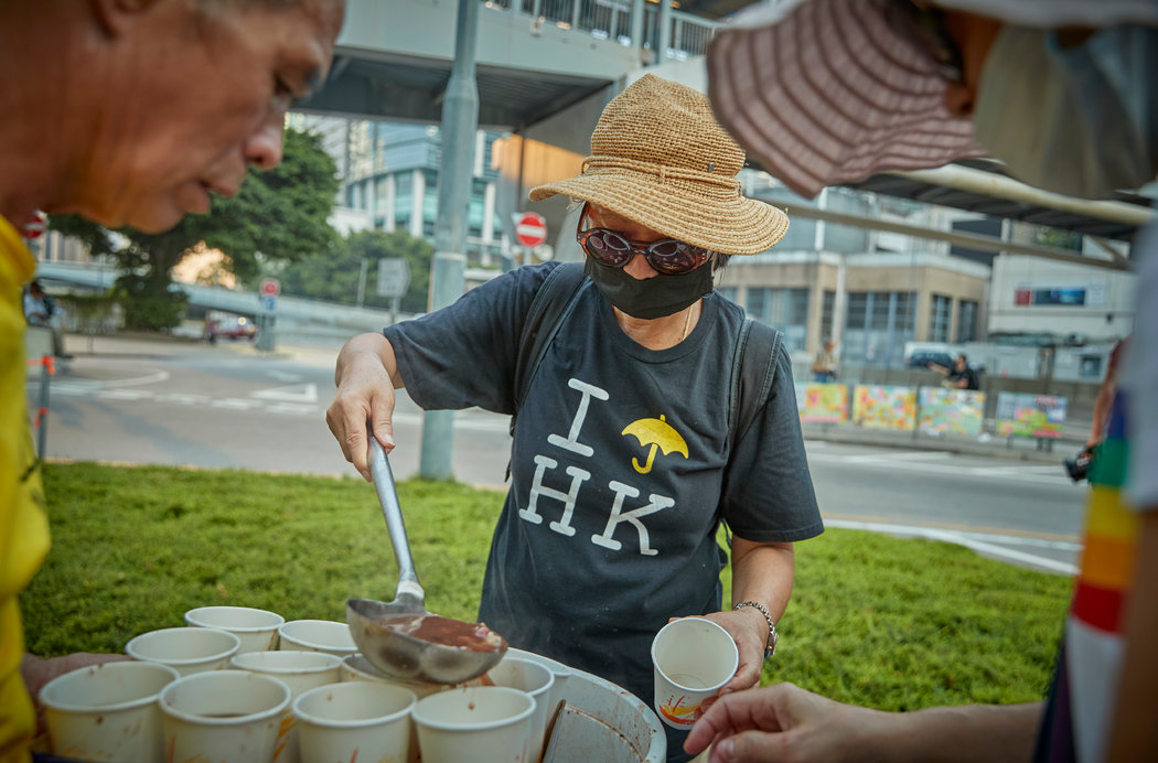 """纽时:香港人的""""催泪弹""""冰淇淋和""""加油""""月饼(组图)"""