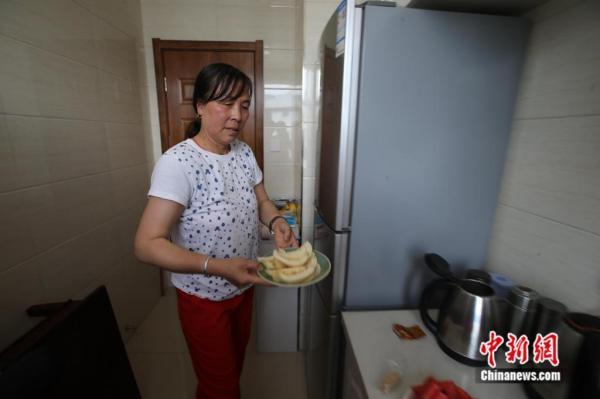 """这位54岁农妇的工作是""""给人送终"""" 她说:这是个良心活"""