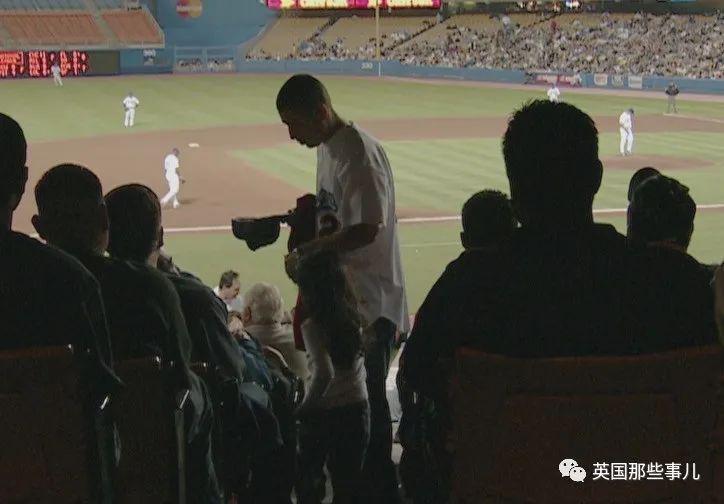 跑去棒球赛现场、闯进剧组镜头,却救了他一命