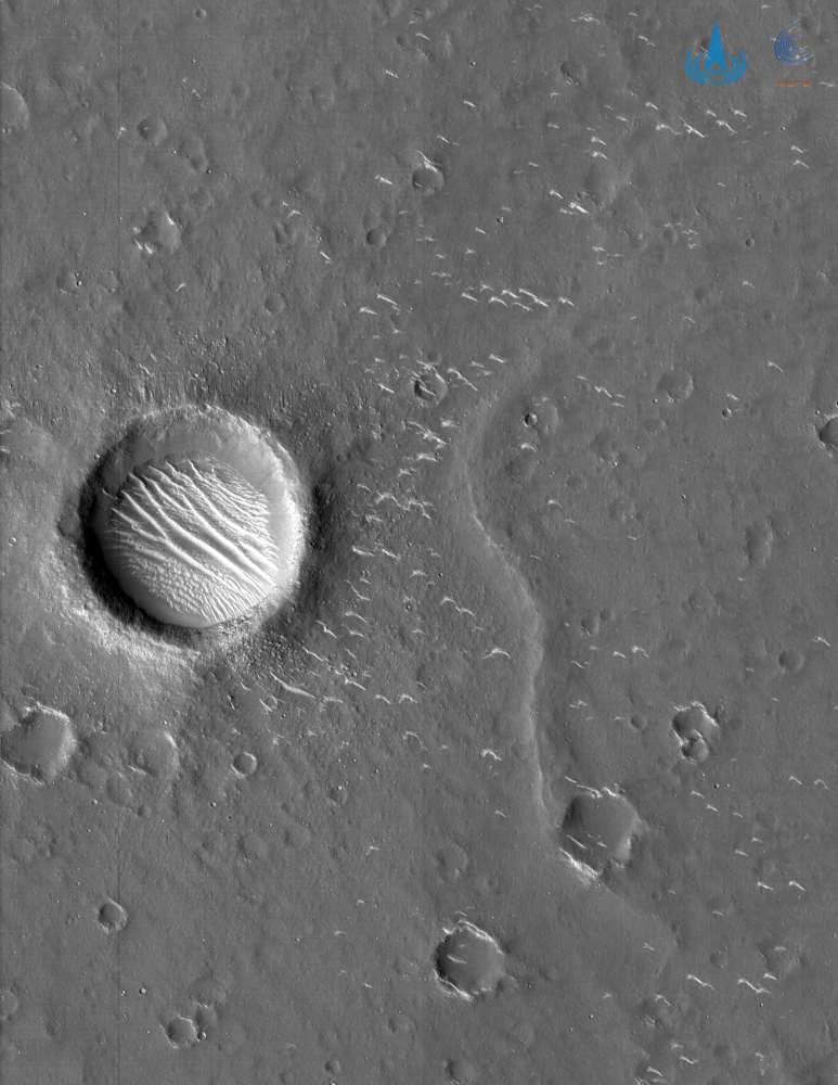 天问一号高清火星影像图发布:2幅黑白1幅彩色