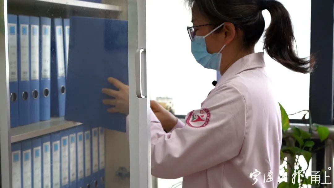 女医生为节省上下班时间,在医院门口停房车
