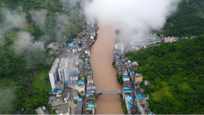 """云南""""最窄""""县城 两边都是峭壁 送套房也不敢住"""