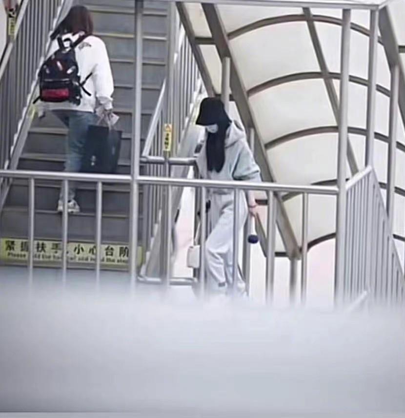 赵丽颖离婚后落寞现身,和助理走机场忙工作