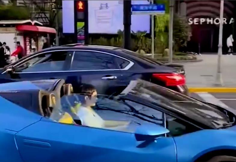 疑似孙俪开 300 万敞篷跑车出街,高调现身壕气十足