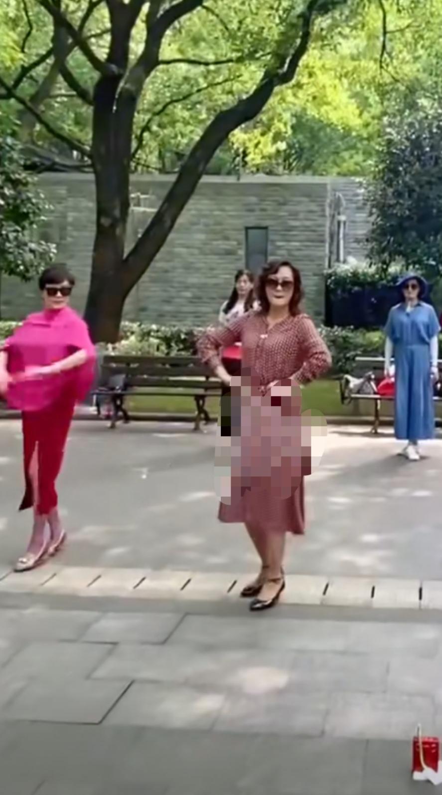 """56岁刘嘉玲""""接地气""""在公园跳广场舞,动作僵硬还被人推"""