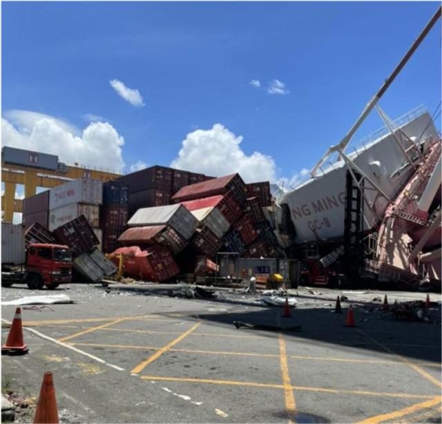 实拍:货轮撞码头 2部起重机轰然倒塌!工人四散奔逃