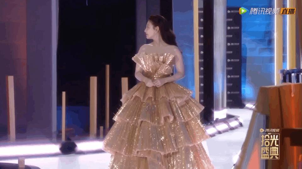 腾讯盛典,刘亦菲丰腴亮白,热巴满背蓝宝石